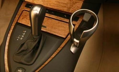 2006-bmw-650i-convertible-center-console-cup-holder-and-shift-lever-photo-37521-s-520x318